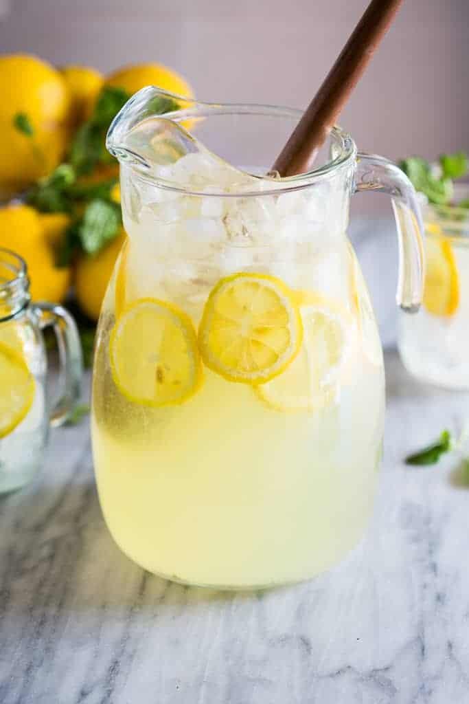 Osvěžující citronáda pro horké letní dny.