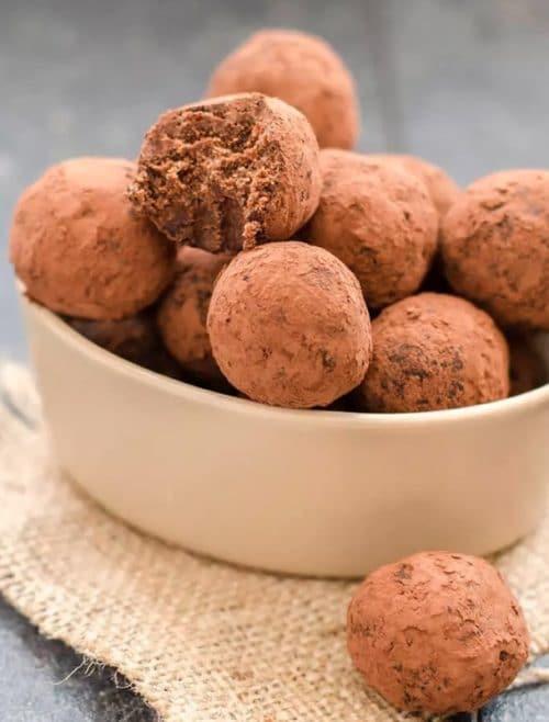 Piškotové nepečené kuličky s kakaem v misce