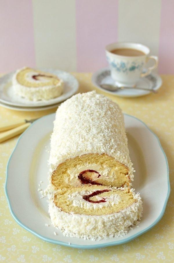 Kokosová roláda s jemným krémem naservírovaná s kávou