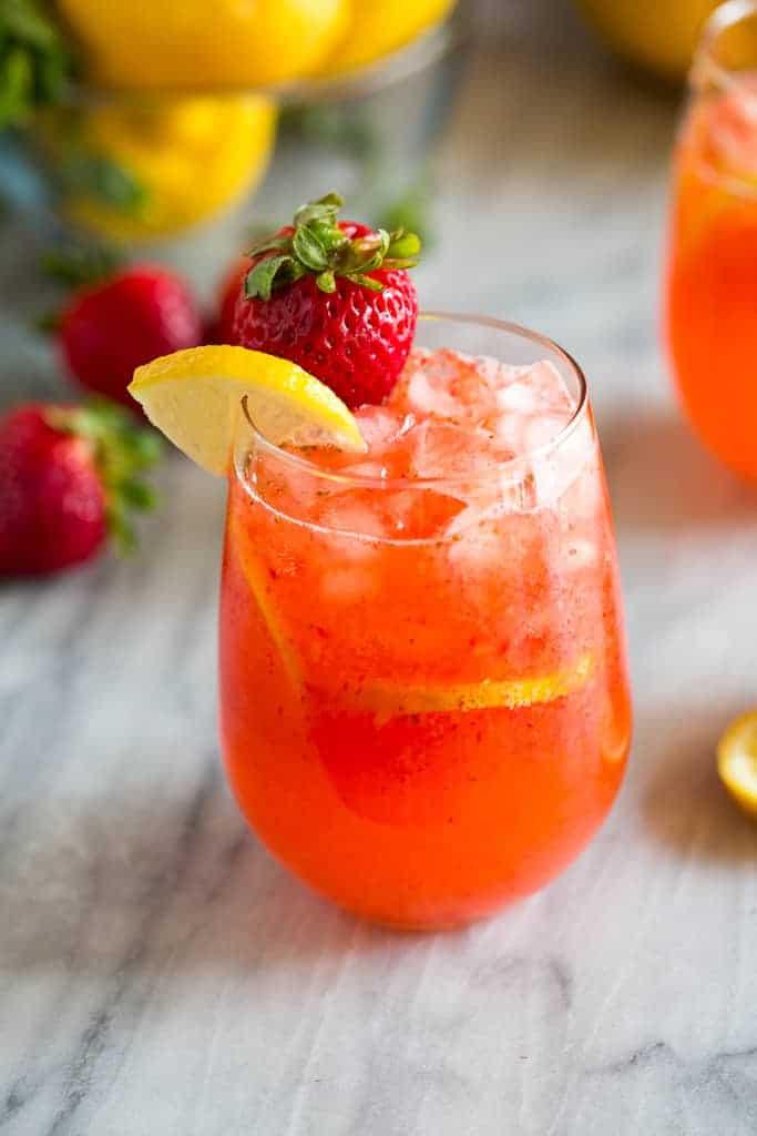 Úžasný domácí jahodový nápoj s chutí léta.