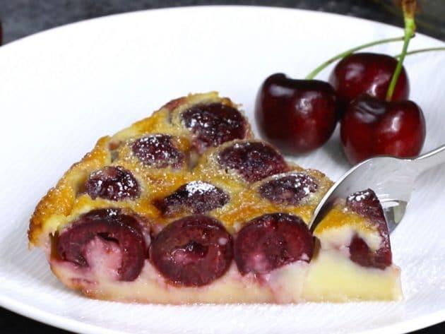 Naservírovaná bublanina s třešněmi připravená k jídlu