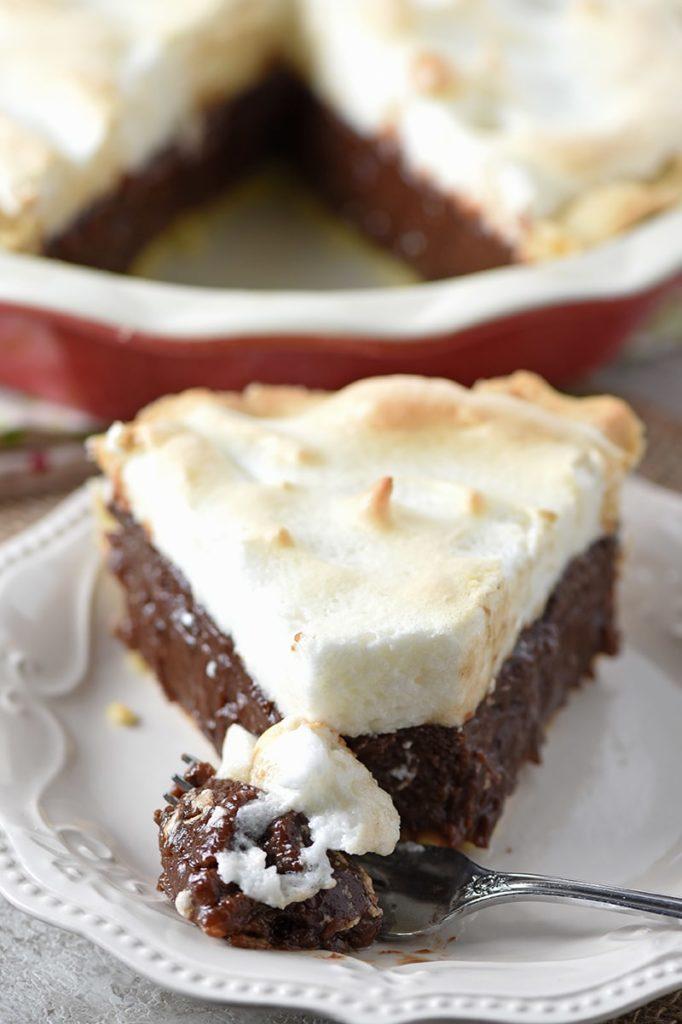 Ukrojený trojúhelník třešňového koláče s marmeládou a bezé