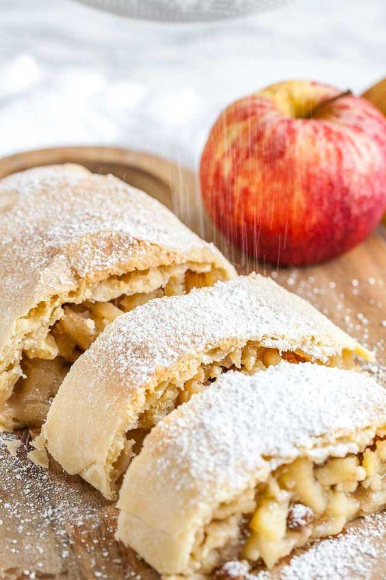 Nakrájený štrůdl z jablek a rozinek.