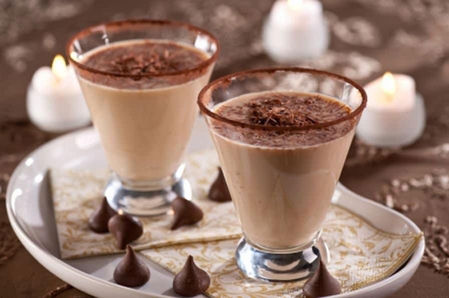 Čokoládová nápoj ve dvou skleničkách.
