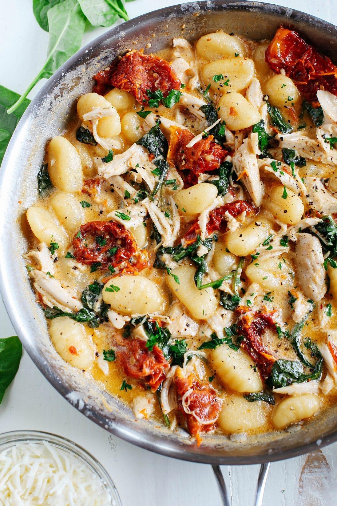 Gnocchi s kuřecím masem a špenátem ve smetanové omáčce
