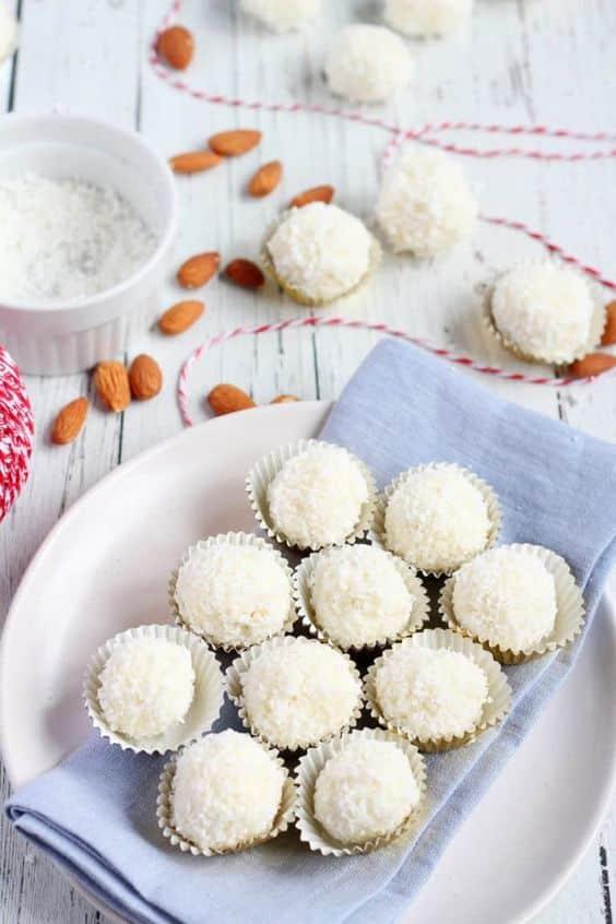 Kuličky s kokosem, plněné celými mandlemi.