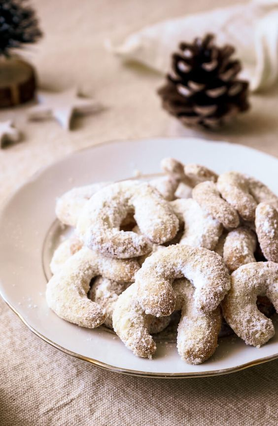 Vanilkové rohlíčky s kokosem obalované v moučkovém cukru.