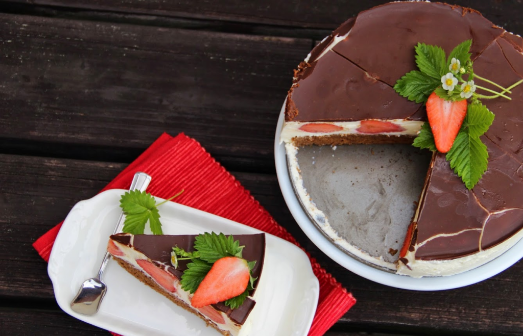 Čokoládový dort s tvarohem a čerstvými jahodami.
