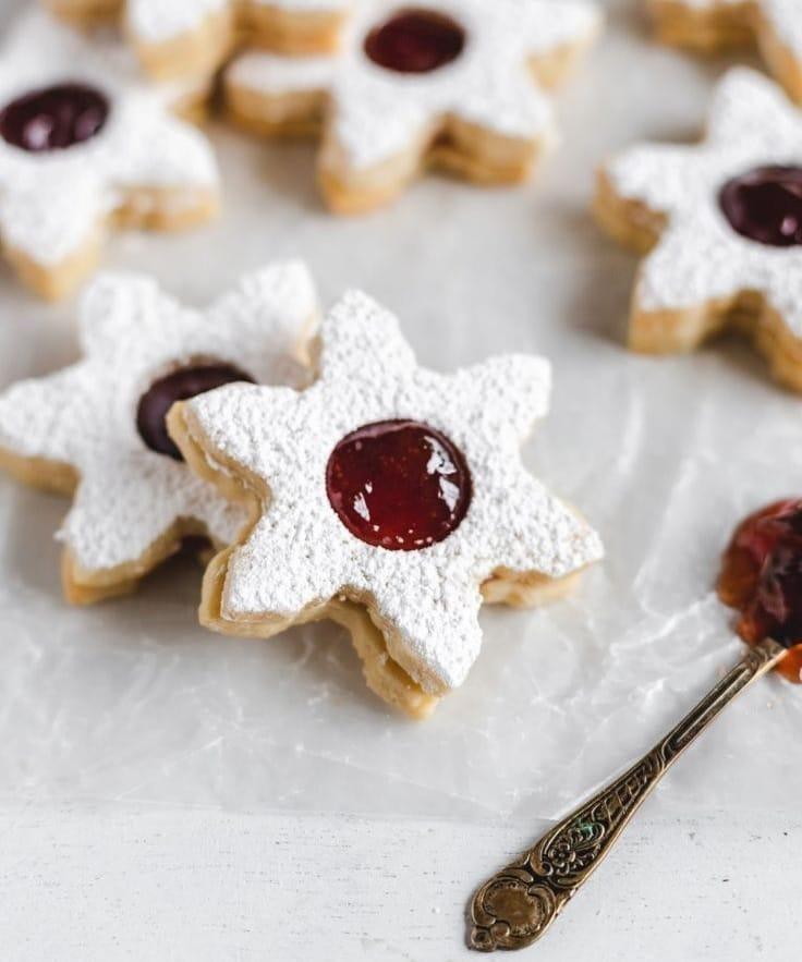 Hvězdičky z lineckého těsta slepené marmeládou a posypané moučkovým cukrem