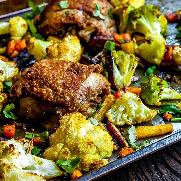 Hotové pečené kuře se zeleninou zapečené v troubě.