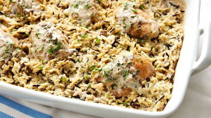 Hotové nejlepší pečené kuře s rýží v zapékací misce.