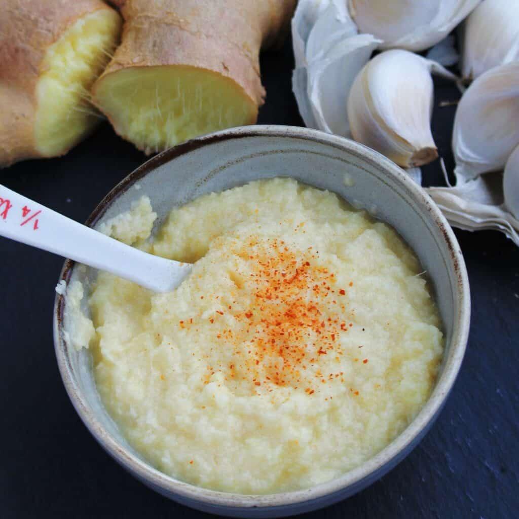 Směs zázvoru a česneku jako ochucovadlo do pokrmů.