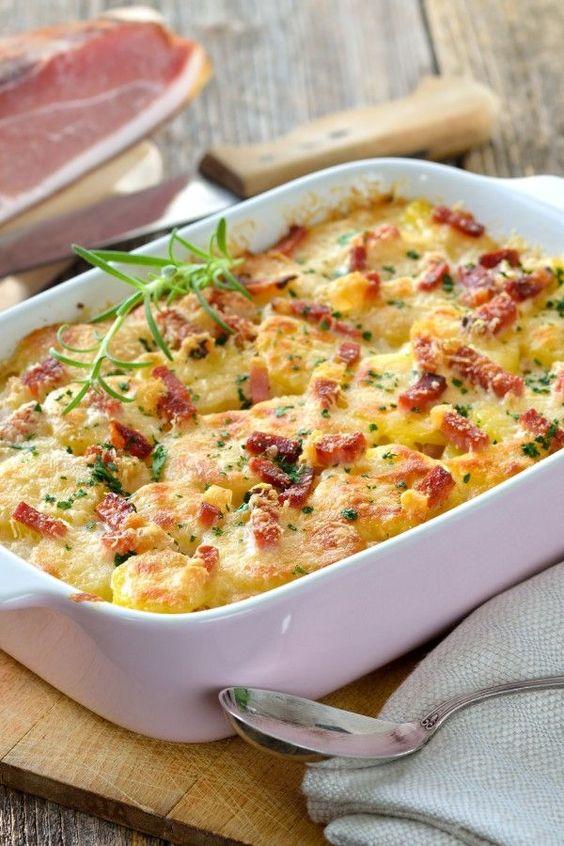 Zapečené slaninové brambory se smetanou a vejci.