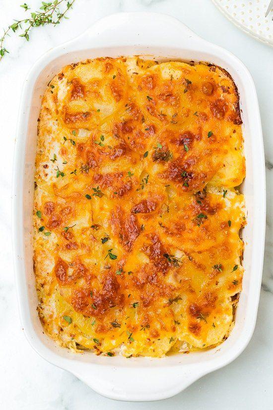 Zapékané brambory s kuřecím masem a smetanou.