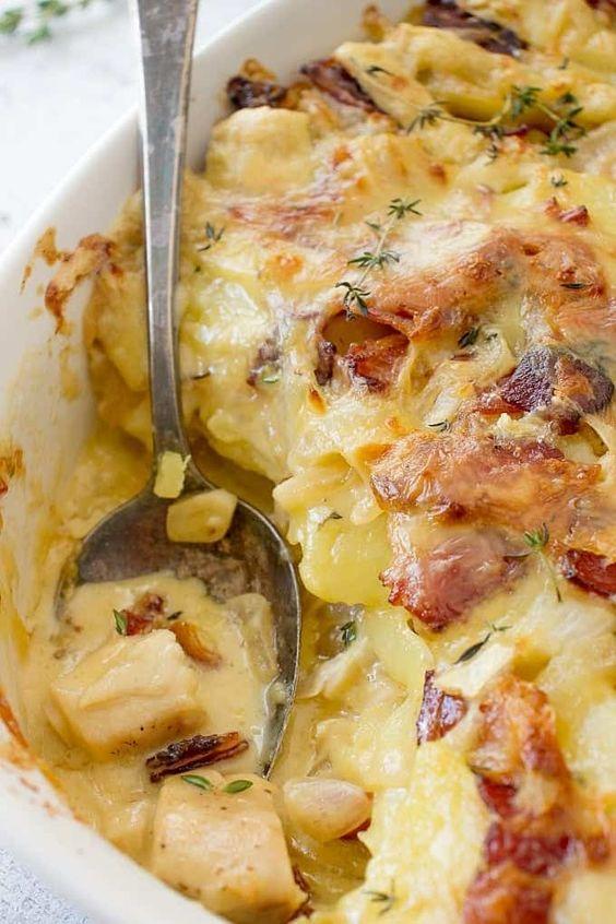 Šunkovo-sýrové brambory zapékané v míse.