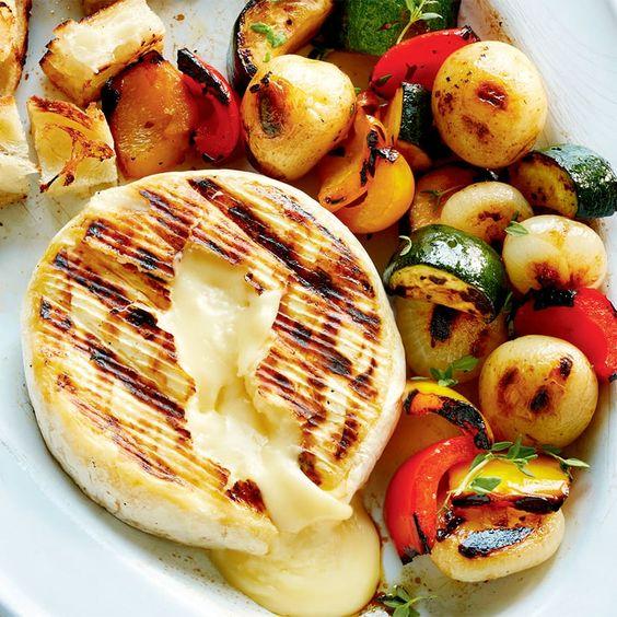 Rozteklý hermelín s grilovanou zeleninou.