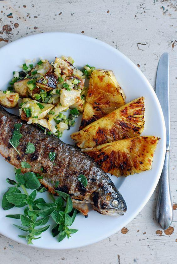 Opékaná ryba s grilovaným ananasem a zeleninou.