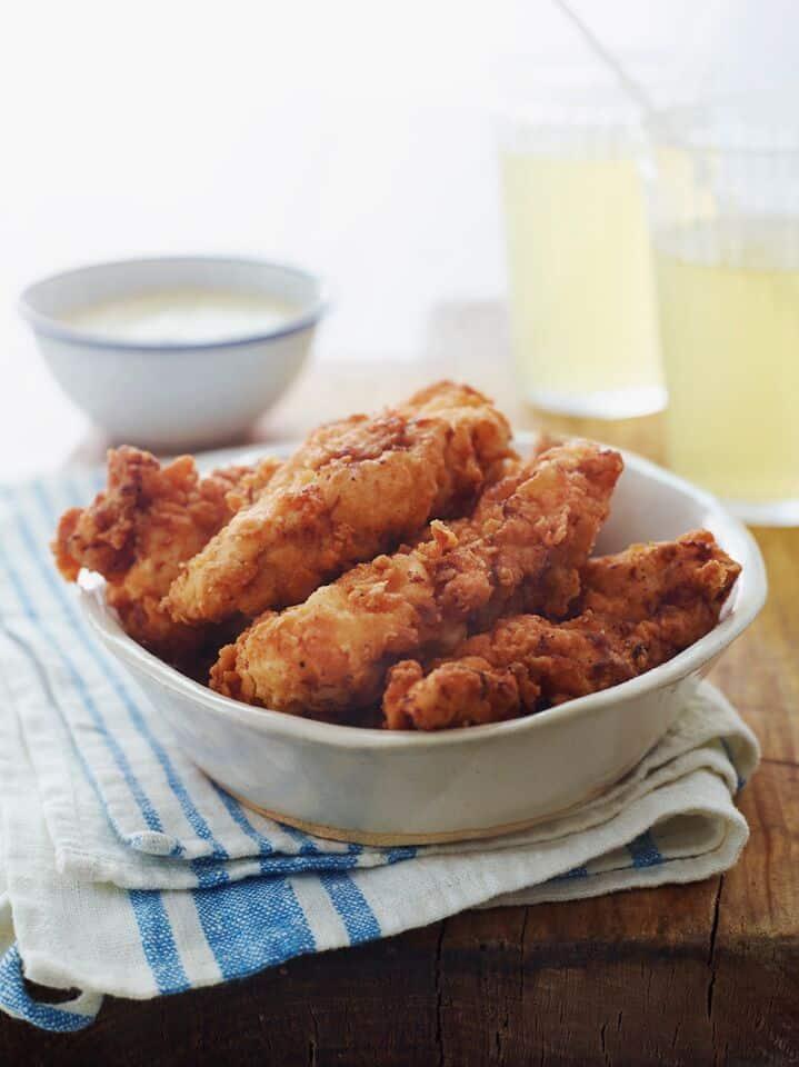 Kousky kuřete smažené v podmáslovém těstíčku.