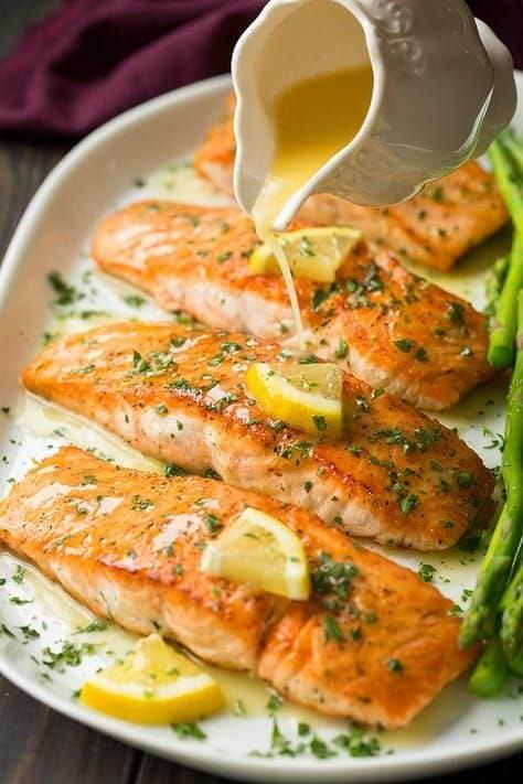 Plátky lososa s bylinkami a máslovým přelivem.