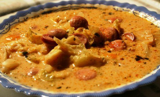 Polévka s párkem, bramborami a houbami.
