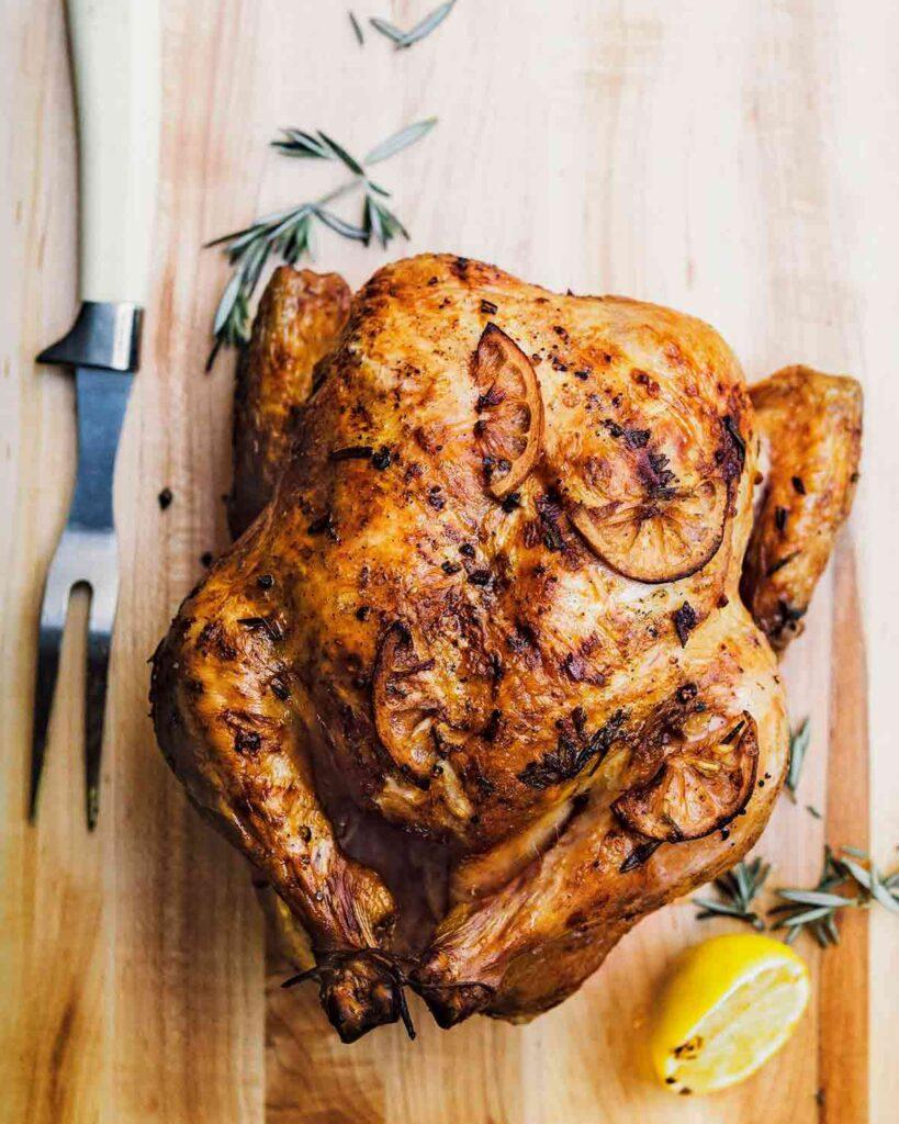 Kuře na grilu s citronem, rozmarýnem a česnekem.