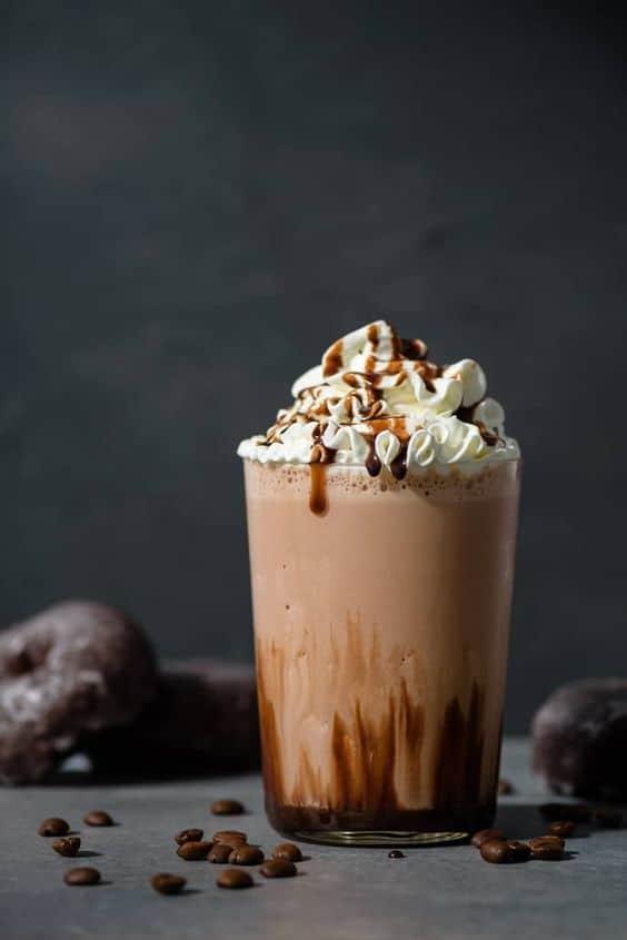 Ledové kafe s kapkou alkoholu a šlehačkou.