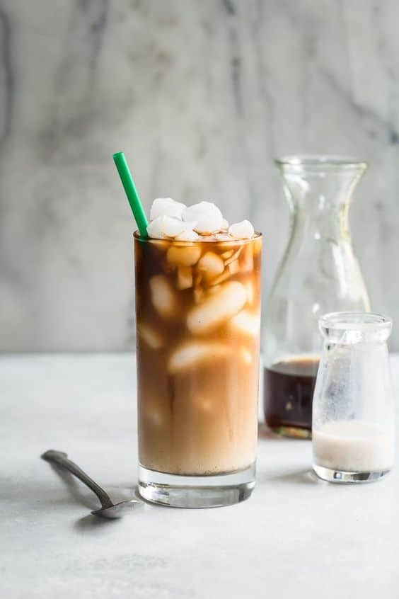 Káva s kostkami ledu a kořením kardamom.