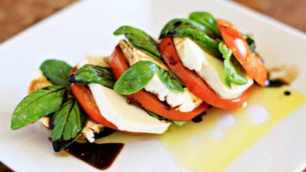 Mozzarella s rajčaty a octem balsamico
