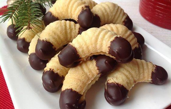 Vánoční rohlíčky plněné krémem a dozdobené ponořením do čokoládové polevy.