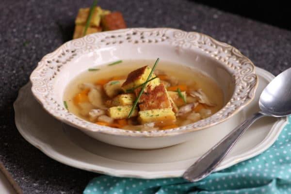 Božíhodová polévka - kuřecí vývar s pažitkovým svítkem
