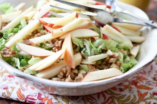 Celerový salát s ořechy a jablky