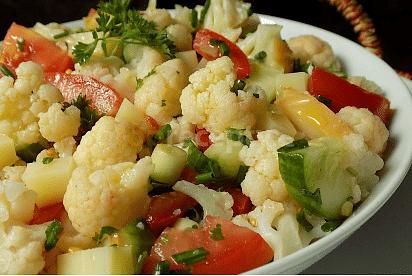 sýr ve květákovým salátu