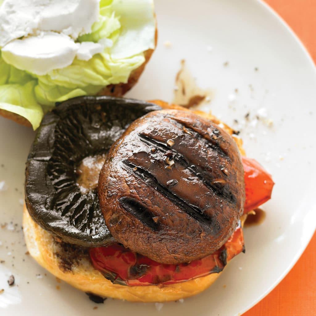 Grilovaný hamburger plněný žampiony a feta sýrem