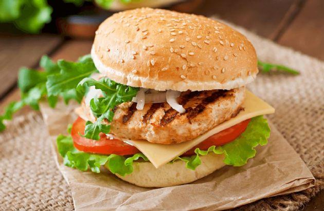 Grilovaný hamburger z kuřecího masa