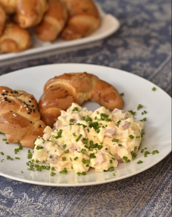 Hermelínový salát s pečivem