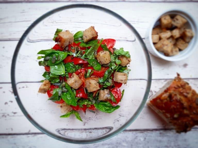 Jarní rajčatový salát s bazalkou a dýňovými semínky