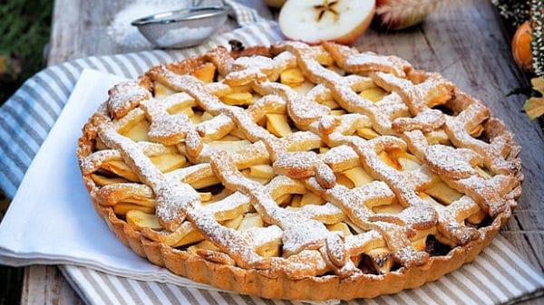 Hotový linecký koláč s jablky
