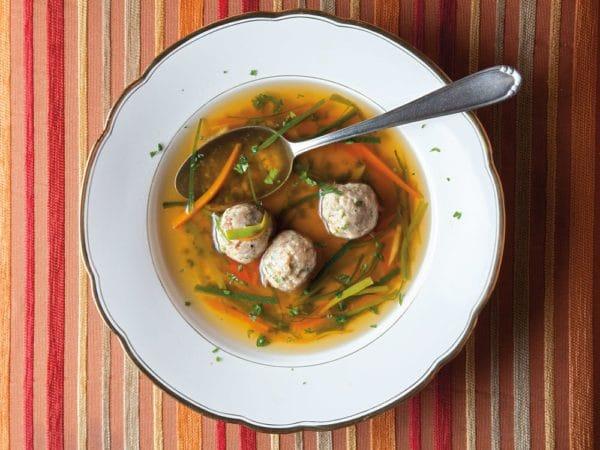 polévka na talíři s lžící s knedlíčky z morku