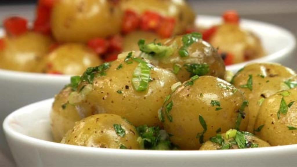Nové brambory v páře s bylinkami