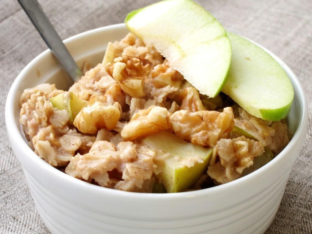 Ovesná kaše s jablky a ořechy