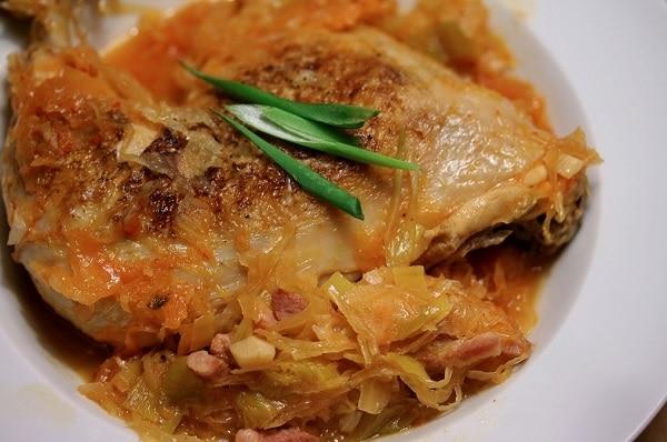 Hotové vynikající pečené kuře s dýňovým zelím
