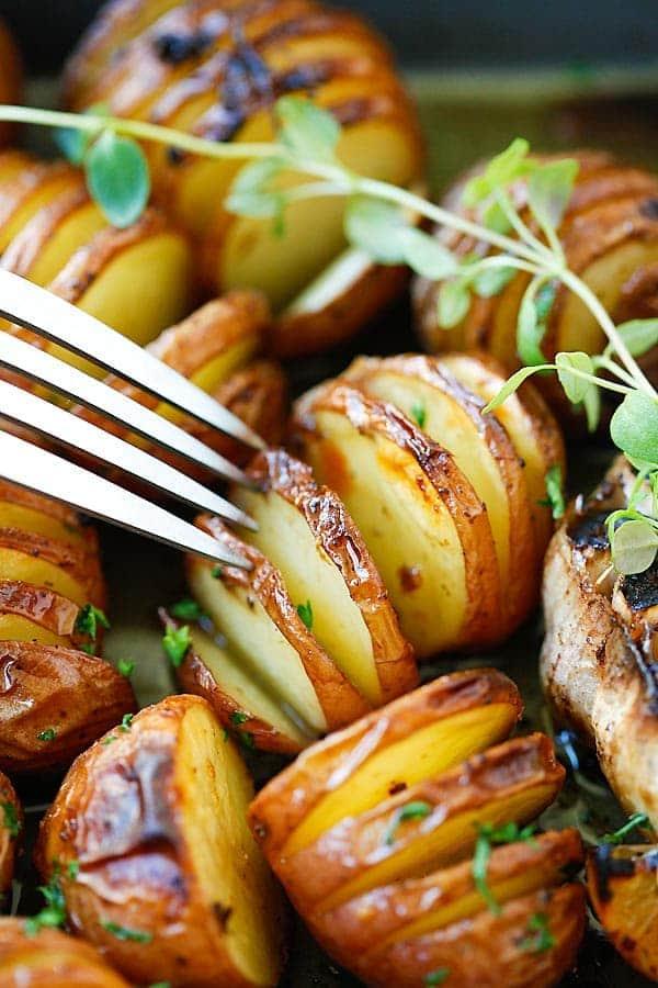 Pečené nové brambory s česnekem a bylinkami