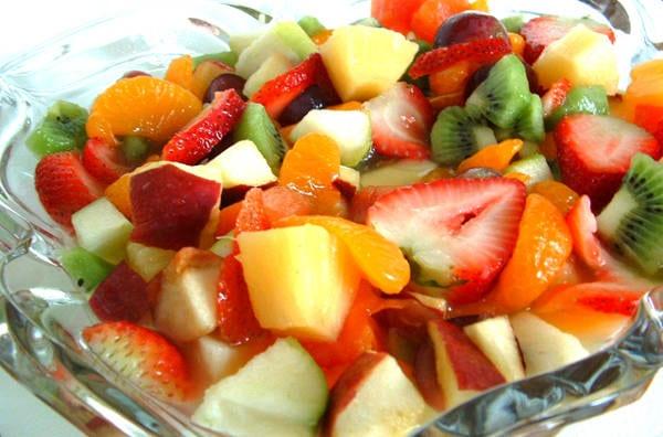 Hotový recept na ovocný salát přelitý zálivkou.