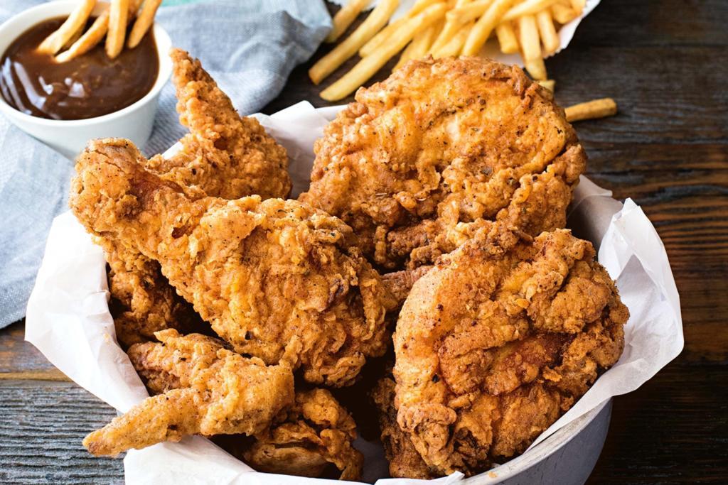 Pikantní smažené kuřecí stehna na pánvi na způsob KFC