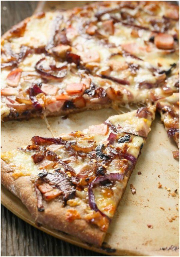 Pizza s karamelizovanou cibulkou a slaninou