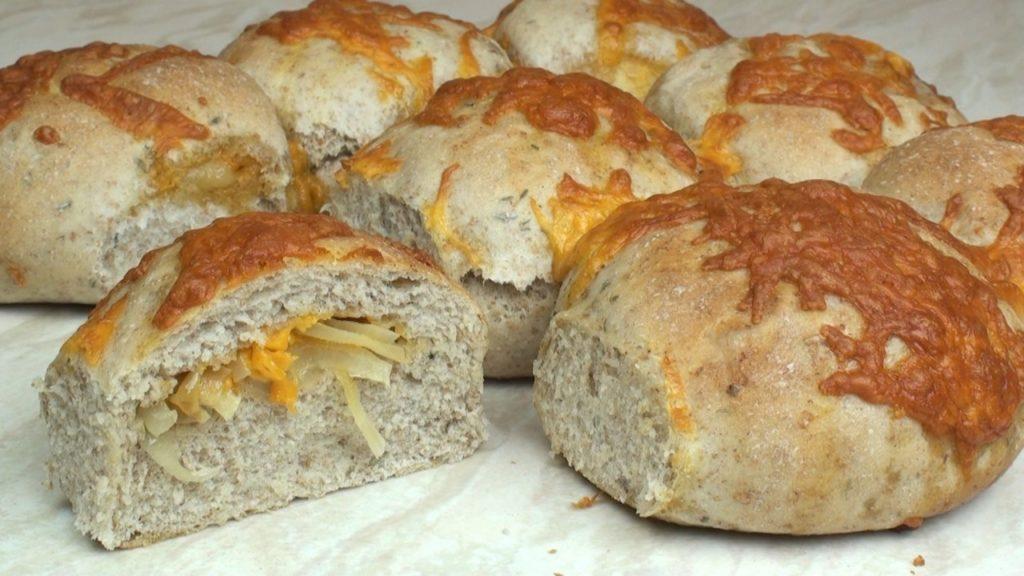 Plněné chlebové pečivo se solí a sýrem