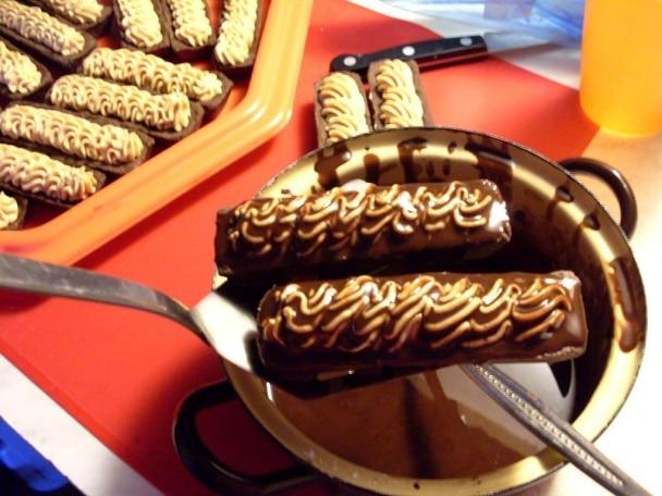 Plněné cukroví s kakaovým krémem ještě dozdobéme polevou