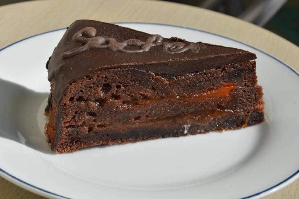 naservírovaný sacher dort