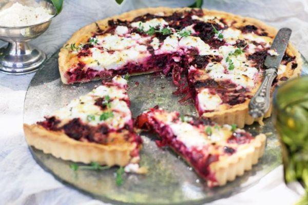Slaný koláč s červenou řepou a feta sýrem
