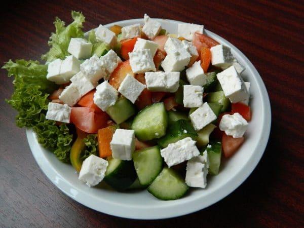 Šopský salát s balkánským sýrem